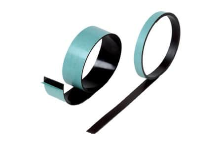 Ruban magnétique noir adhésivé