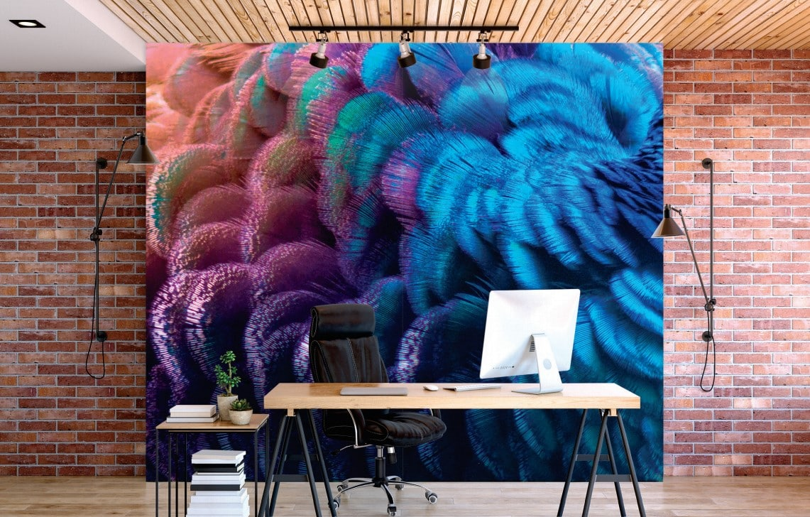 Mise en situation d'un mur d'image, réalisé en sublimation, le tout devant un bureau sobre avec du matériel informatique dessus