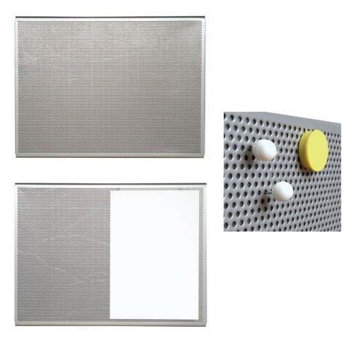 Exemples de panneaux d'affichage perforés avec gros plan sur des aimants maintenus sur la grille perforée