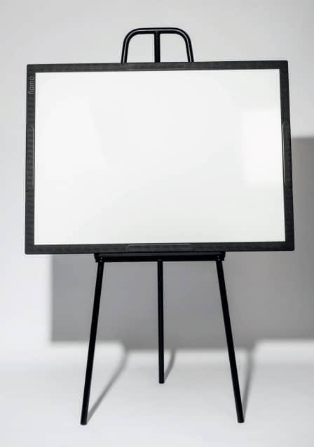 Chevalet Flomo seul, avec surface d'écriture blanche, présenté horizontalement