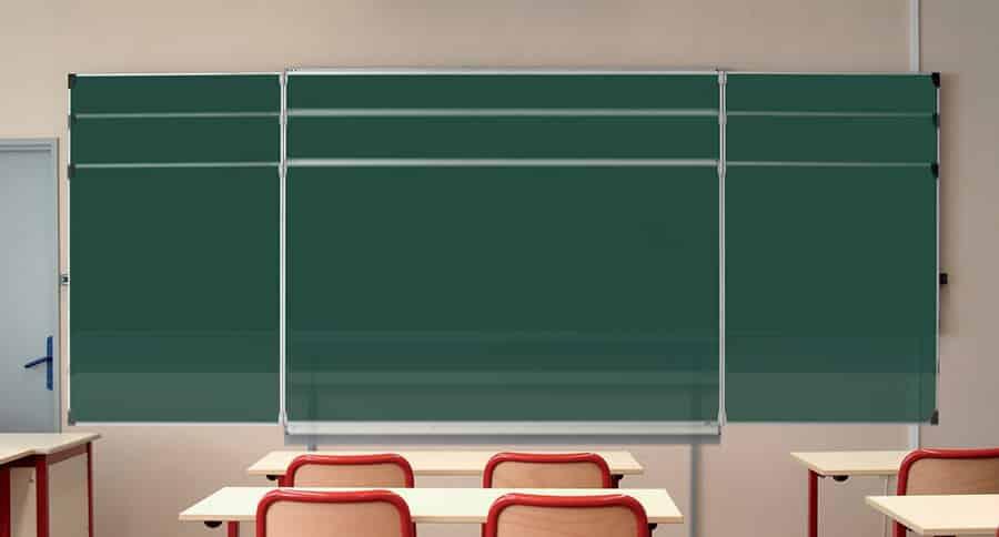 Immense tableau vert avec système à hauteur variable intégré dans une classe