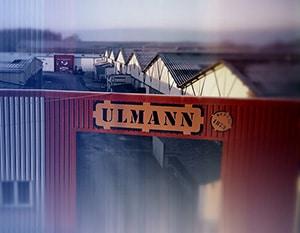 Vue aérienne des établissements Ulmann avec, en arrière-plan, le toit des entrepôts