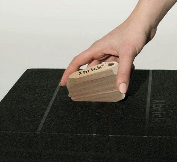 gros plan sur une main qui manipule le X-Brick