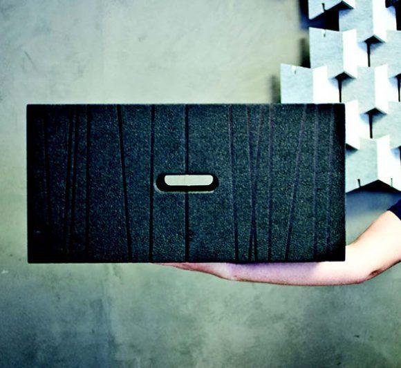 une main démontre le poids léger d'un X-Brick