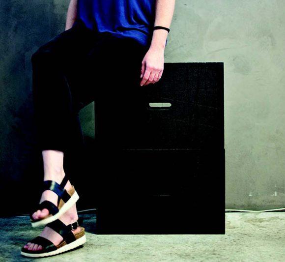 gros plan sur une personne assise sur un X-Brick en mode siège